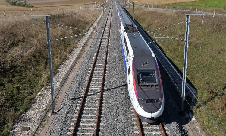 Il tue son épouse en l'attachant sur les rails du TGV